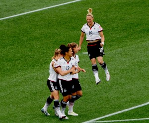 Torjubel nach dem 1:0: von links Tabea Kemme, Célia Šašic, Melanie Leupolz und hüpfend Alexandra Popp. Uta Zorn