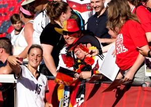 Jennifer Cramer mit Fans. Foto: Uta Zorn