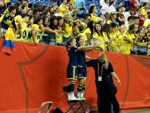 Selfie mit Fans: die kolumbianischen Spielerinnen Daniela Montoya (l.) und Mildrey Pineda - Foto: Uta Zorn