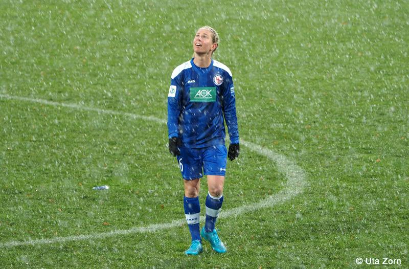 Was ist das? Elise Kellond-Knight kickt das erste Mal für Potsdam im Schnee. Foto: Uta Zorn