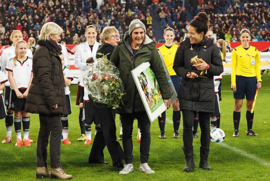 Nadine Angerer und Celia Sasic wurden offiziell verabschiedet - Foto: Uta Zorn