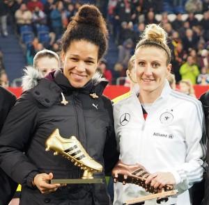 Neue Schuhe für die besten Torschützinnen der WM für Celia Sasic und Anja Mittag - Foto: Uta Zorn