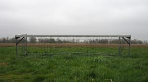 Auf dem Acker rund um das Kühnmatt Stadion liegen auch schon mal ausrangierte Tore. Foto: Uta Zorn