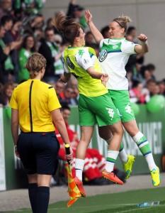 Alex Popp feiert ihr Tor mit Ersatzspielerin Luisa Wensing. Foto: Uta Zorn