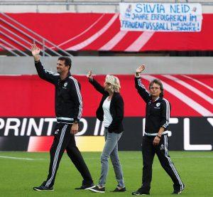 Silvia Neid vearbschiedet sich zusammen mit Torfrautrainer Michael Fuchs und Co-Trainerin Ulrike Ballweg vom Publikum. Foto: Uta Zorn