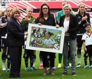 Nadine Kessler wird von Hannelore Ratzeburg (li.) und Silvia Neid aus dem Kreis der Nationalmannschaft verabschiedet. Foto: Uta Zorn