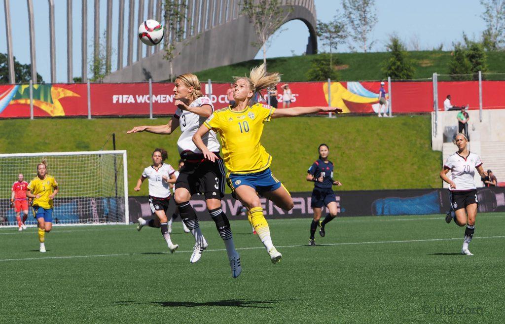 Saskia Bartusiak gewinnt ein Kopfballduell gegen Sofia Jokobsson im Achtelfinale gegen Schweden bei der WM in Kanada - Foto: Uta Zorn